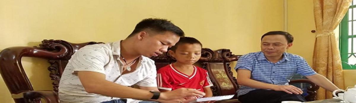 Mr Sựt về trường THCS Đại Thắng thăm và trao số tiền ủng hộ cho cháu Vũ Nhật An