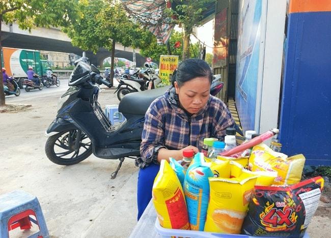 Chị chủ quán trà đá ở đoạn ngõ 69 Nguyễn Xiển đã thực sự để lại ấn tượng với Ngự Miêu.