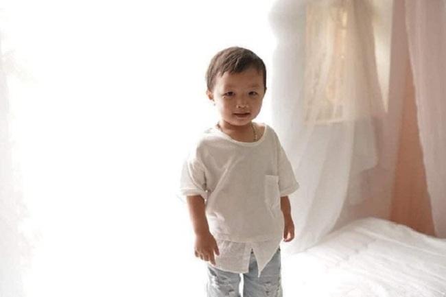 Cháu bé tên là Nguyễn Cao Gia Bảo, 2,5 tuổi (ở nhà thường gọi là Cam) mặc quần cộc màu ghi, trên áo có in hình chuột Mickey, không đi dép. Cháu có nốt ruồi đen bên dưới đuôi mắt bên phải.